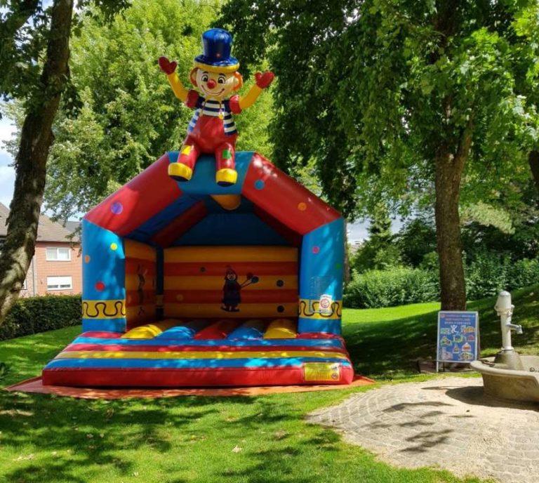 Hüpfburg klatschender Clown aufgebaut